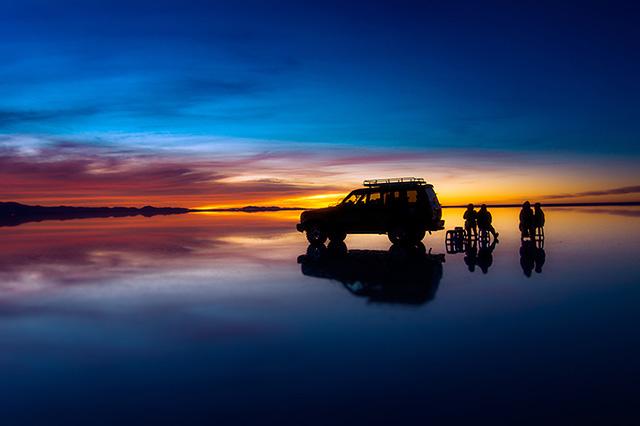 ウユニ塩湖の水鏡に映る美しい朝焼け。2013年3月撮影