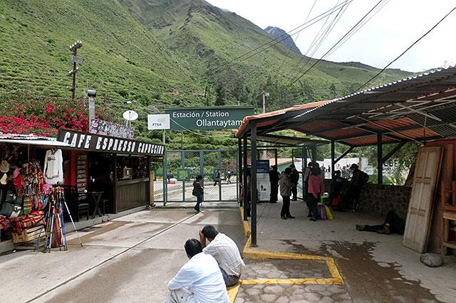 オリャンタイタンボ駅の入り口ゲート前