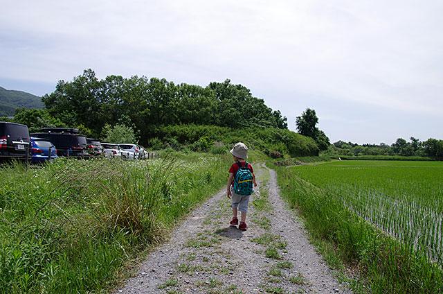 常願寺コースは駐車場前のあぜ道を歩いていきます。