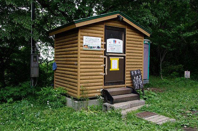 山頂から少し下の広場に唯一のトイレがある