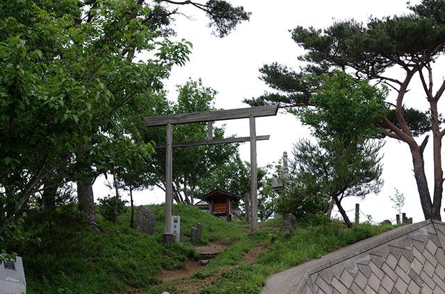 山頂の鳥居と宝篋印塔