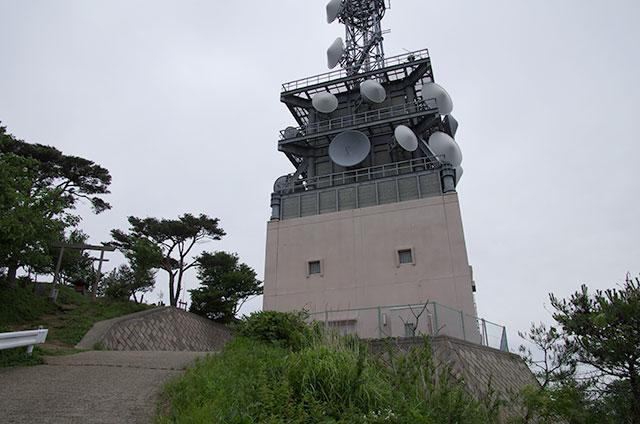 山頂の電波塔