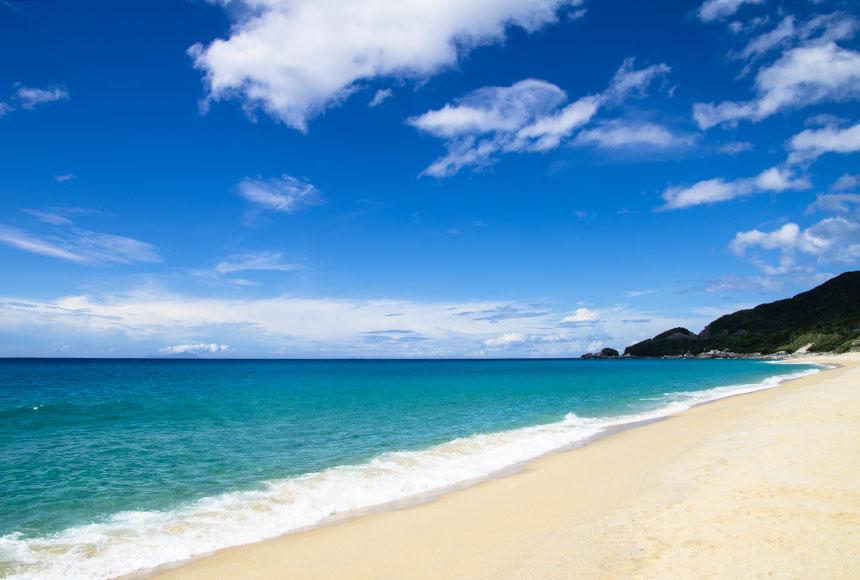 屋久島 青い海と空がひろがる田舎浜