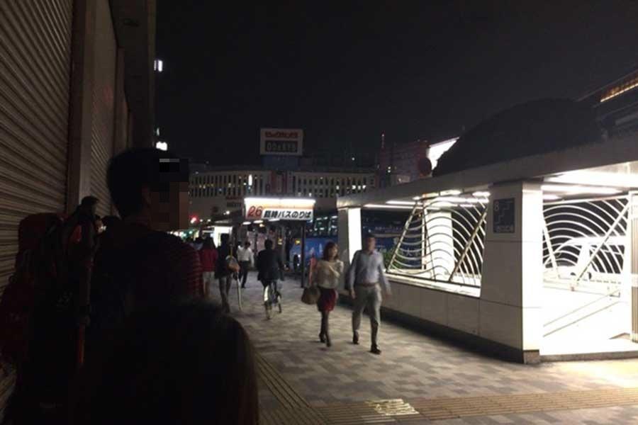 さわやか信州号を待つ夜の新宿駅バスターミナル