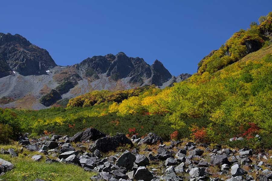 涸沢手前の岩場。紅葉が美しい。